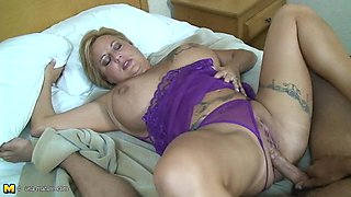 Fat babe lets the bearded guy give her the balls-deep drilling