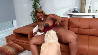 Ebony BBW bangs her young blonde babysitter