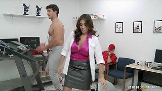 Brazzers - Sexy doctor Raylene sucks her patient's big-dick