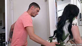 Horn-mad cheating housewife Kitty Caprice gives a really awesome BJ