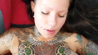 Tattoo-Schlampe lutscht die Morgenlatte!