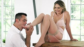 Sultry MILF gets sexy feet worshipped and creamed on